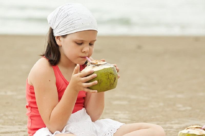 https: img.okezone.com content 2019 06 16 481 2067120 hati-hati-kebanyakan-minum-air-kelapa-bisa-bikin-kanker-perut-loh-2lgtLNVMxH.jpg