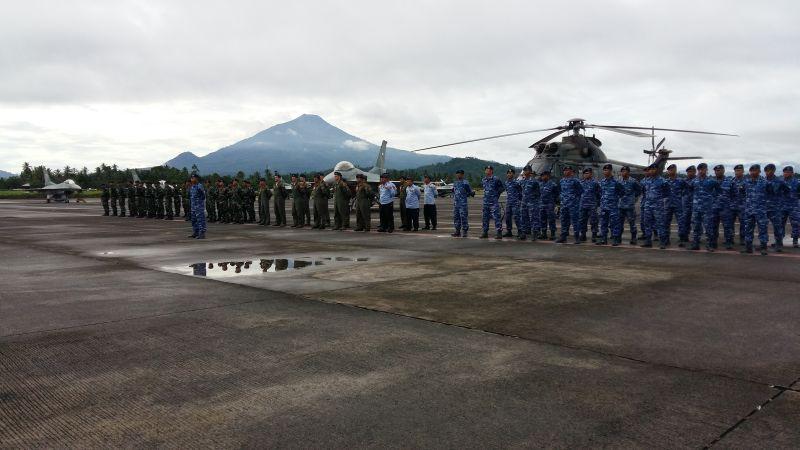 https: img.okezone.com content 2019 06 17 340 2067353 angkatan-udara-as-latihan-bersama-tni-au-di-manado-3C3LIta6nW.jpg
