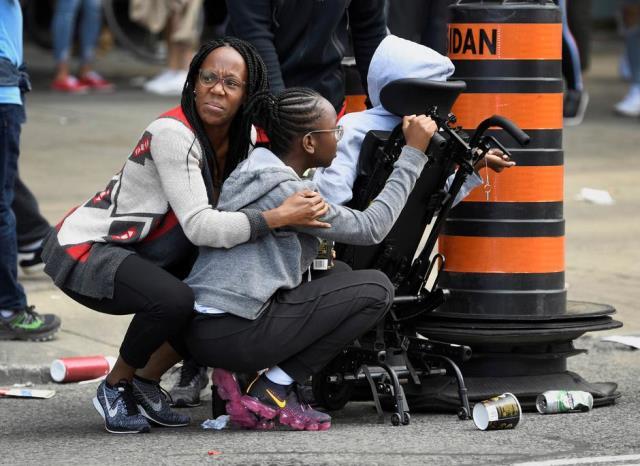 https: img.okezone.com content 2019 06 18 18 2067763 4-orang-terluka-dalam-penembakan-di-parade-kemenangan-tim-basket-toronto-raptors-4MFrHDHQiG.jpg