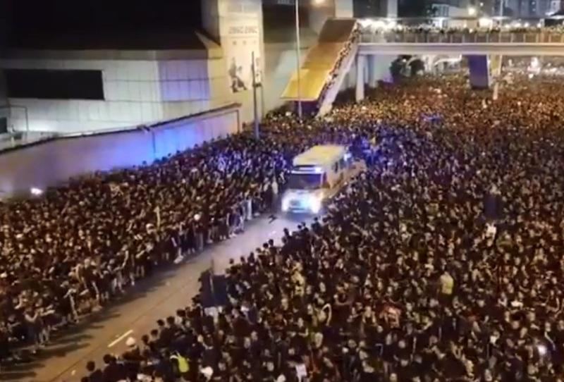 https: img.okezone.com content 2019 06 18 18 2068002 seperti-membelah-laut-video-viral-tunjukkan-demonstran-hong-kong-beri-jalan-untuk-ambulans-kj9g4rYs6d.jpg