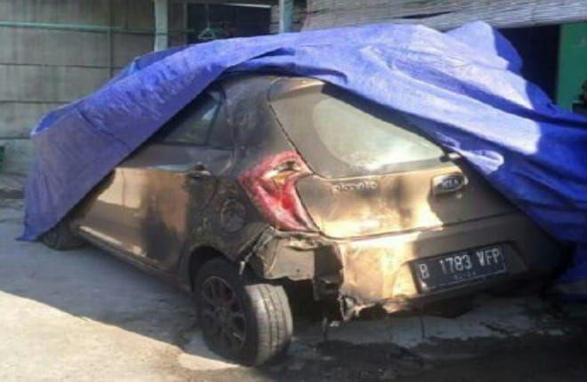 https: img.okezone.com content 2019 06 19 512 2068305 mobil-taksi-online-terbakar-secara-misterius-saat-parkir-di-depan-rumah-Zl9UYvHbmV.jpg