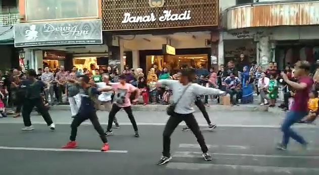 https: img.okezone.com content 2019 06 20 406 2068698 viral-flashmob-tarian-jawa-di-kawasan-malioboro-netizen-omg-merinding-Iu4HNPdoSd.jpg