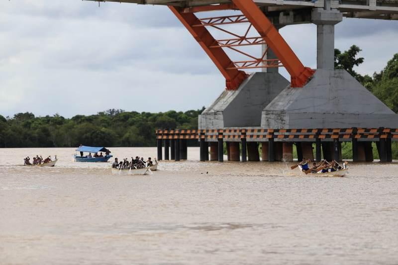 https: img.okezone.com content 2019 06 20 406 2068779 balap-jukung-di-sungai-kahayan-warnai-festival-budaya-isen-mulang-2019-9KuArefMwQ.jpg