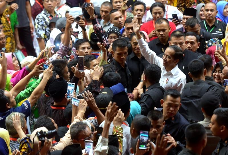 https: img.okezone.com content 2019 06 20 470 2068830 jokowi-optimistis-sertifikat-tanah-seluruh-indonesia-selesai-pada-2025-GLWhF85EyO.jpg
