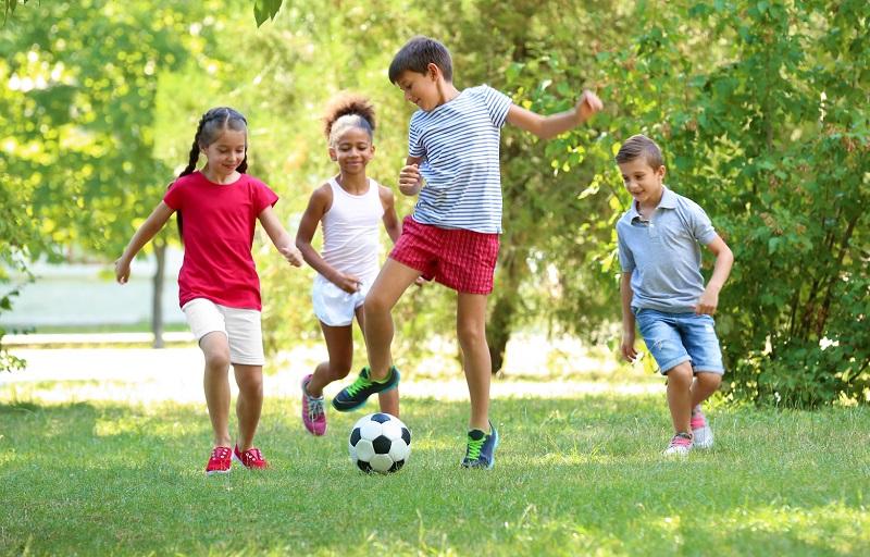 https: img.okezone.com content 2019 06 21 481 2069091 jangan-larang-anak-bermain-di-luar-ruangan-ini-manfaatnya-X2nmC1dKBA.jpg