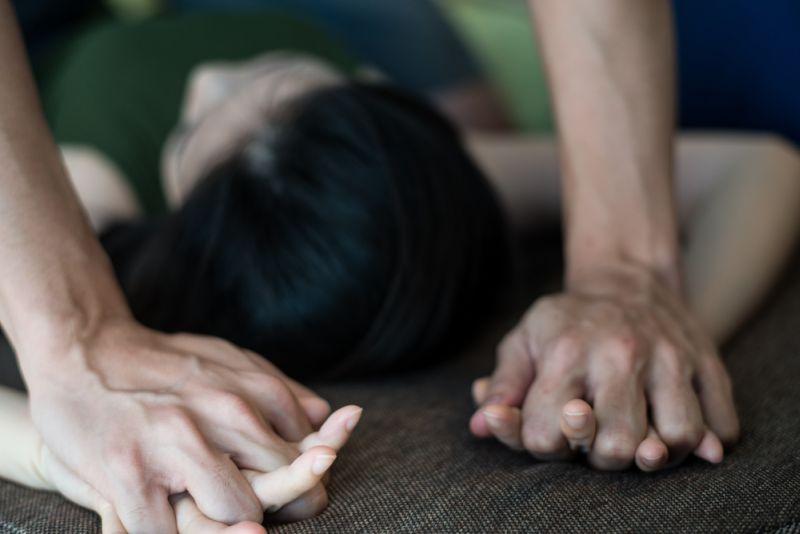 https: img.okezone.com content 2019 06 21 609 2069464 pemerkosaan-pelayan-warung-dari-5-pelaku-ada-yang-hanya-mencium-dan-meraba-UXQceGiBU1.jpg