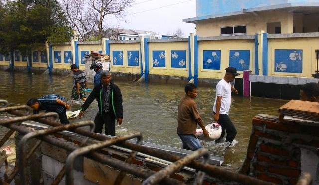 https: img.okezone.com content 2019 06 22 338 2069757 bpbd-dki-imbau-warga-pesisir-pantai-utara-jakarta-waspadai-banjir-rob-TYAhLQsWMd.jpg