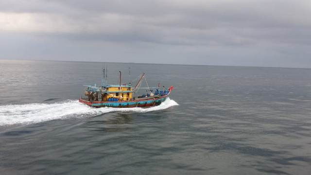 https: img.okezone.com content 2019 06 22 340 2069533 kp-orca-02-kembali-tangkap-kapal-ikan-ilegal-malaysia-uQkiuDR6Yu.jpg