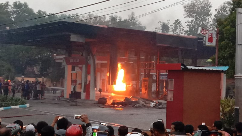 https: img.okezone.com content 2019 06 22 519 2069728 spbu-hangus-terbakar-akibat-ledakan-mobil-YIX3PqJrBu.jpg