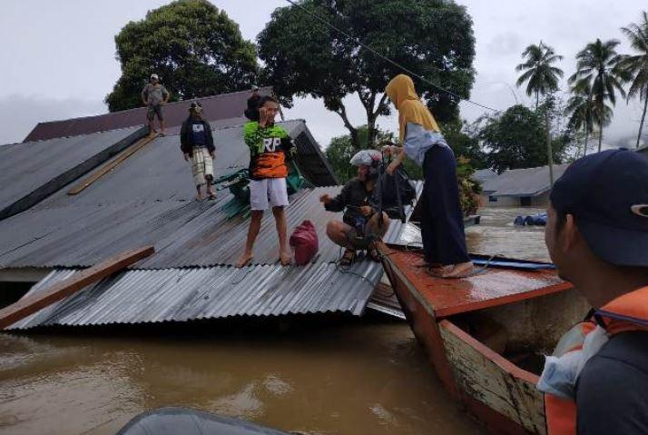 https: img.okezone.com content 2019 06 23 340 2069901 8-kecamatan-di-konawe-masih-tergenang-banjir-belasan-ribu-warga-mengungsi-2kx4qmzCRy.JPG