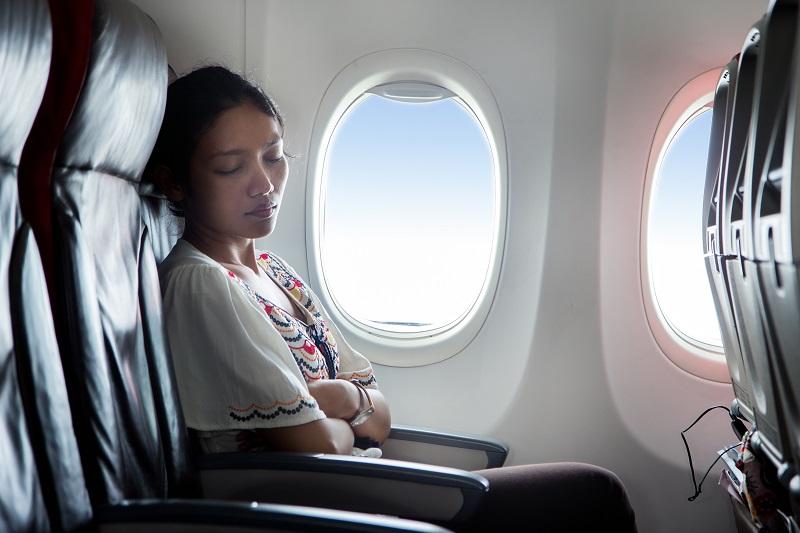 https: img.okezone.com content 2019 06 24 406 2070119 ketiduran-wanita-ini-terbangun-di-pesawat-yang-kosong-dan-gelap-pkryragxtJ.jpg