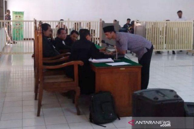 https: img.okezone.com content 2019 06 24 512 2070389 kasus-mafia-bola-wasit-nurul-safarid-dituntut-18-bulan-penjara-kRy7zB6pmM.jpg