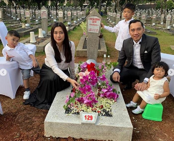 https: img.okezone.com content 2019 06 25 196 2070665 posting-foto-berziarah-ke-makam-ani-yudhoyono-ibas-dan-keluarga-dihujat-netizen-COIzvuY6CV.jpg