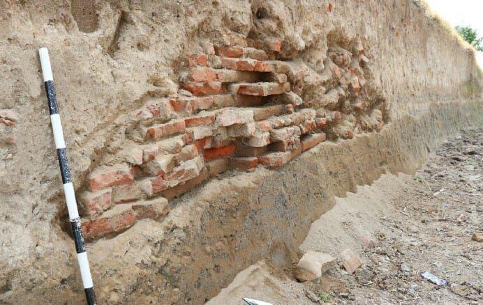 https: img.okezone.com content 2019 06 25 519 2070700 struktur-bangunan-kuno-kembali-ditemukan-di-jombang-diduga-peninggalan-kerajaan-majapahit-XBbSDwjcYa.jpg