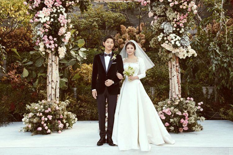 https: img.okezone.com content 2019 06 27 196 2071621 10-potret-romantis-song-joong-ki-dan-song-hye-kyo-yang-bikin-baper-wzKQqY8PGH.jpg