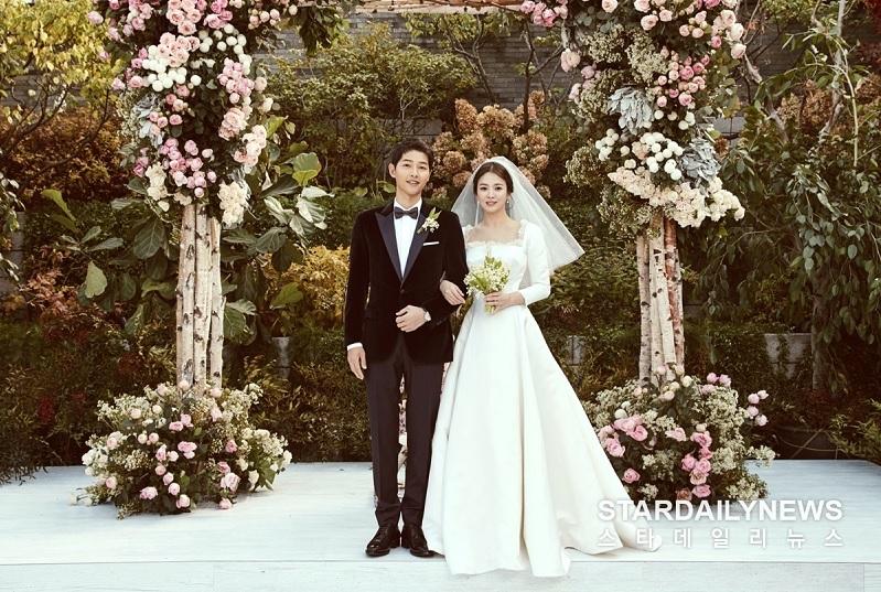 https: img.okezone.com content 2019 06 27 33 2071435 2-tahun-menikah-song-joong-ki-gugat-cerai-song-hye-kyo-PfUfJyVV5p.jpg