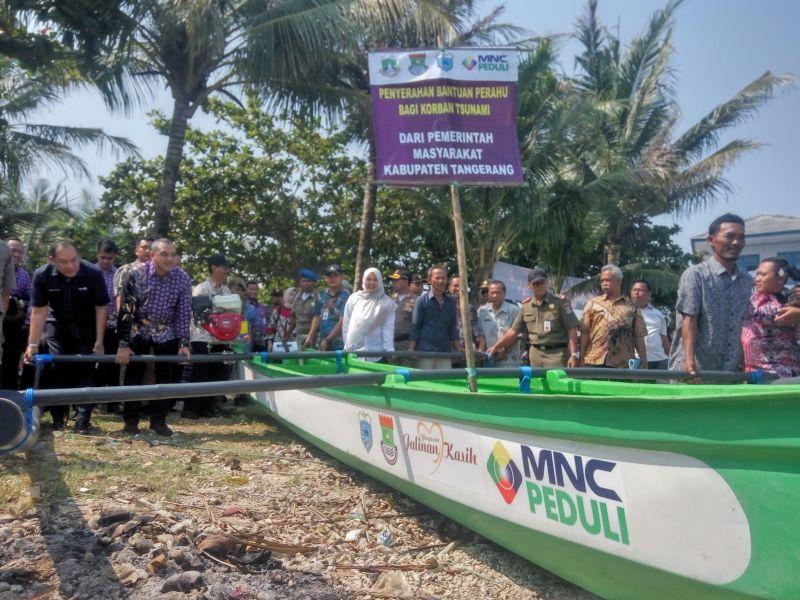 https: img.okezone.com content 2019 06 27 340 2071672 pemkab-tangerang-dan-mnc-peduli-salurkan-15-perahu-nelayan-kepada-korban-tsunami-selat-sunda-NAq9JIeDS0.jpg