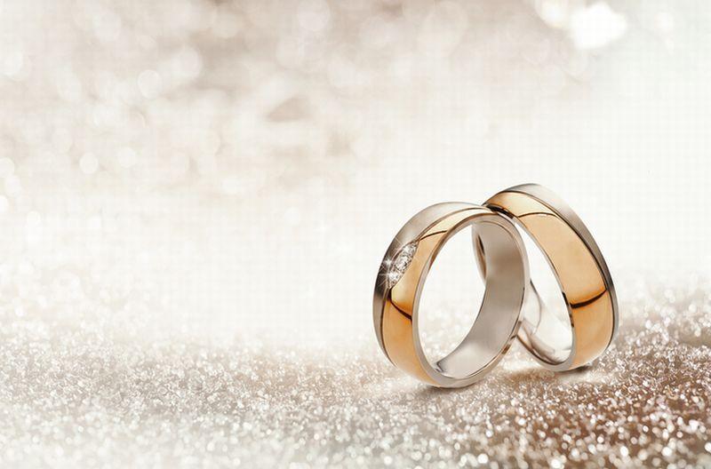 mengapa memasangkan cincin ke pengantin wanita selalu di jari manis tangan kiri.