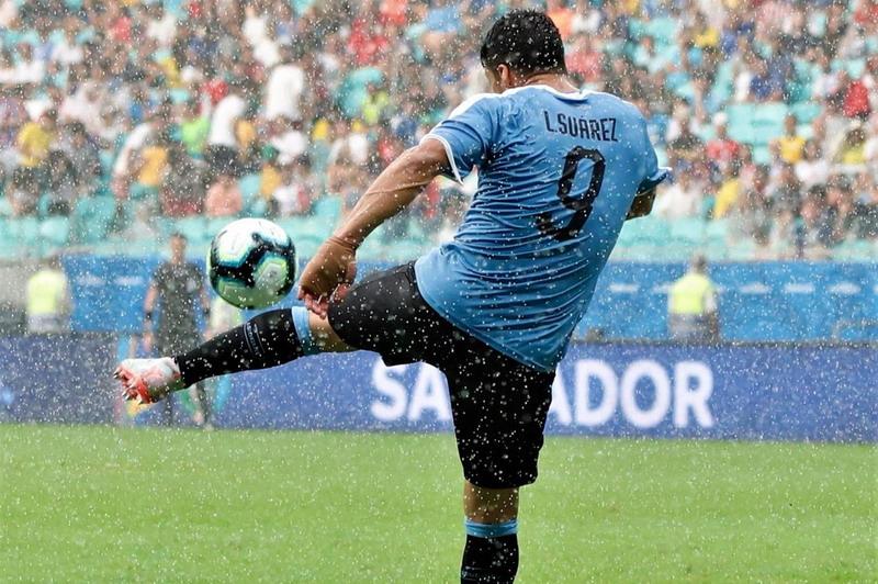 https: img.okezone.com content 2019 06 30 51 2072769 suarez-gagal-penalti-di-copa-america-neymar-beri-dukungan-5HhZHhkfye.jpg