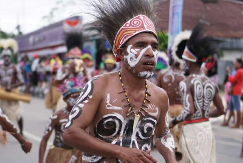 https: img.okezone.com content 2019 07 01 406 2073035 tradisi-berjalan-di-batu-panas-warnai-festival-biak-munara-wampasi-8AcDEEQECX.jpg