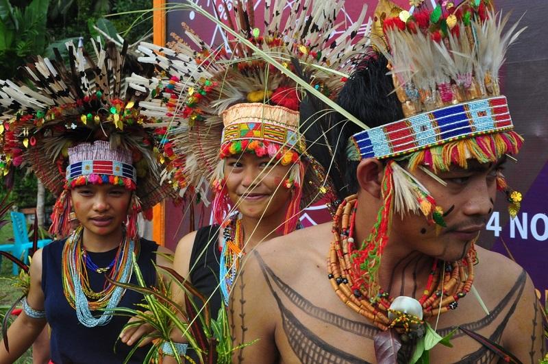 https: img.okezone.com content 2019 07 01 406 2073147 intip-eksotisnya-budaya-tradisional-di-festival-pesona-mentawai-2019-j8NLBb3mWQ.JPG