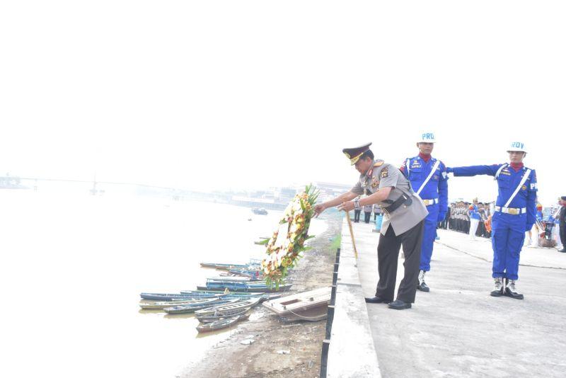 https: img.okezone.com content 2019 07 02 340 2073540 hut-ke-73-bhayangkara-polda-jambi-tabur-bunga-di-sungai-batanghari-JnLzZlQiYO.jpg
