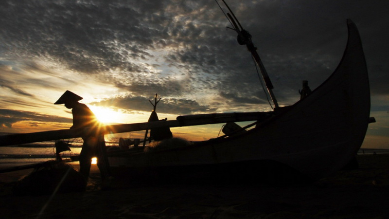 https: img.okezone.com content 2019 07 02 340 2073840 nelayan-resah-dengan-kapal-isap-produksi-di-pantai-rebo-p5UV40hktP.jpg
