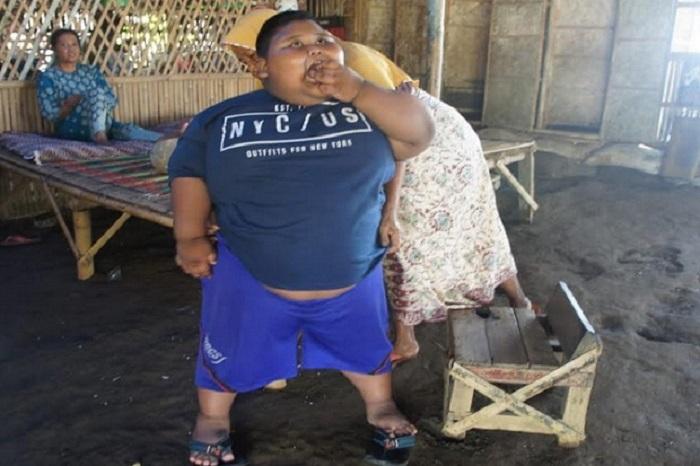https: img.okezone.com content 2019 07 02 481 2073657 sehari-makan-6-kali-ditambah-bakso-bocah-obesitas-di-karawang-miliki-bobot-hingga-97kg-d9xwle0p2N.jpg