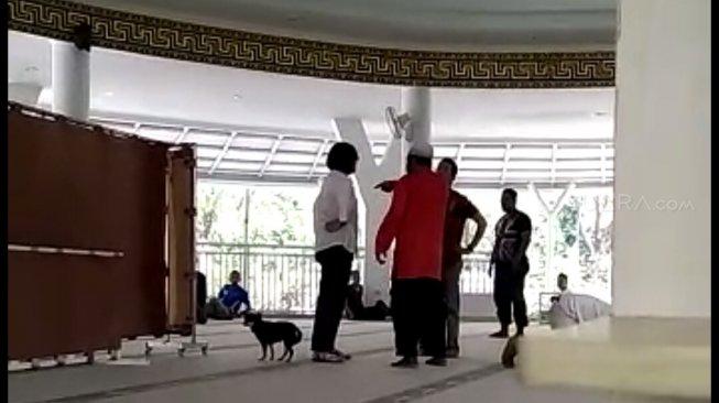 https: img.okezone.com content 2019 07 03 338 2074243 polisi-bilang-perempuan-pembawa-anjing-ke-masjid-tak-wajib-di-bap-6esTrxM6W3.jpg