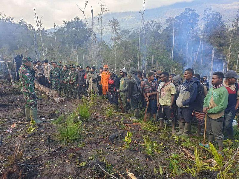 https: img.okezone.com content 2019 07 03 340 2074270 warga-setempat-bantu-aparat-cari-helikopter-yang-hilang-kontak-di-papua-mIz26TfLN4.jpg