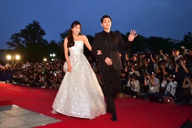https: img.okezone.com content 2019 07 04 196 2074762 song-song-couple-cerai-ayah-song-joong-ki-mengurung-diri-di-rumah-HbAxZXlrLu.jpg