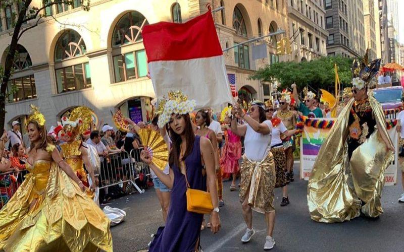 https: img.okezone.com content 2019 07 04 33 2074558 kibarkan-bendera-indonesia-diajang-lgbt-dena-rachman-dihujani-kritik-W2DKLiDW4v.jpg