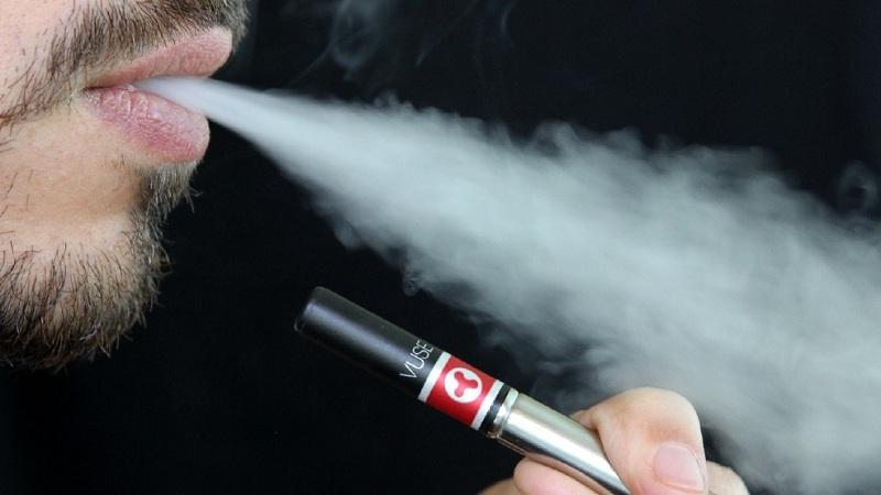 https: img.okezone.com content 2019 07 04 481 2074659 awas-paparan-nikotin-rokok-elektrik-bisa-merusak-otak-lli2hsf6SO.jpg