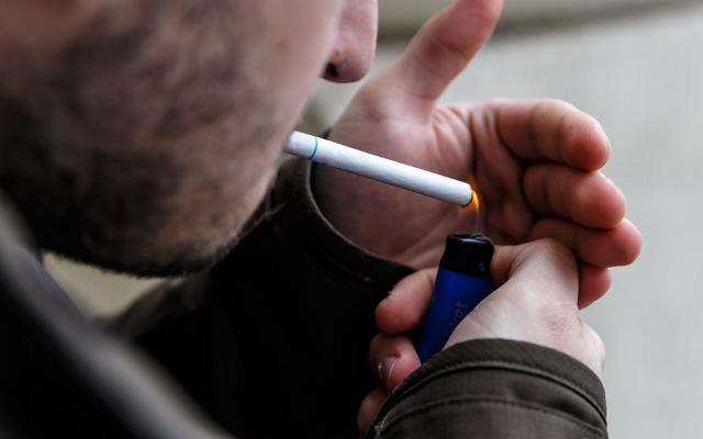 https: img.okezone.com content 2019 07 04 525 2074457 merokok-saat-jam-kerja-asn-di-pemkab-purwakarta-bakal-disanksi-nGeUuggJAS.jpg
