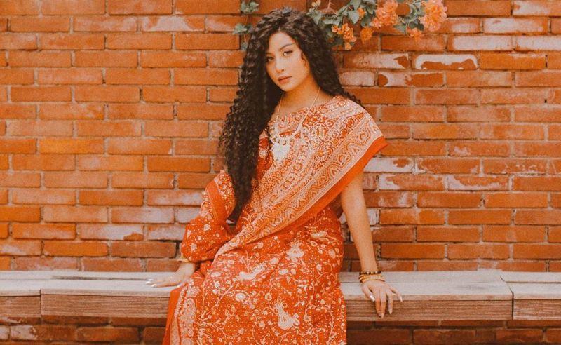 https: img.okezone.com content 2019 07 05 194 2074931 serunya-liburan-awkarin-ke-india-pamer-rambut-curly-dan-batik-iEziyhyR5f.jpg