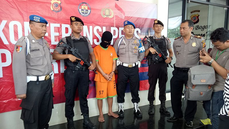 https: img.okezone.com content 2019 07 05 338 2074995 polisi-tangkap-pembunuh-bocah-yang-jasadnya-ditemukan-di-bak-mandi-ItHgwhXrfO.jpg