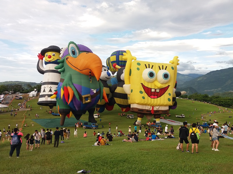https: img.okezone.com content 2019 07 05 406 2075027 uniknya-bentuk-balon-udara-di-taiwan-international-balloon-festival-G5ZcuNy8ES.jpg