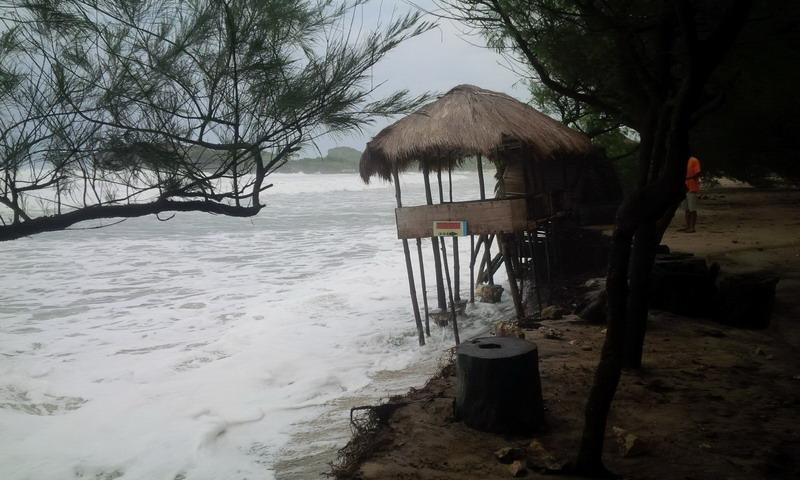 https: img.okezone.com content 2019 07 05 510 2075091 diterjang-gelombang-tinggi-abrasi-di-pantai-selatan-gunungkidul-meluas-qv5pbGk2OP.jpg
