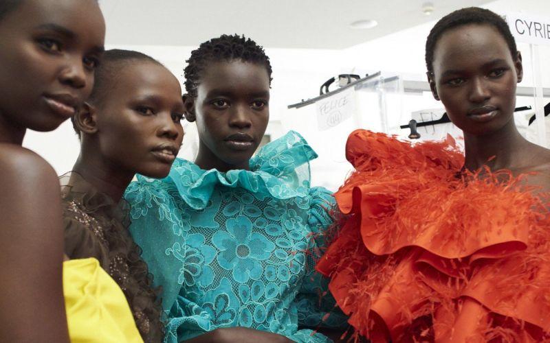 https: img.okezone.com content 2019 07 06 194 2075326 dari-tenda-pengungsian-para-wanita-afrika-ini-menjelma-jadi-supermodel-dunia-SUFitXt6he.jpg