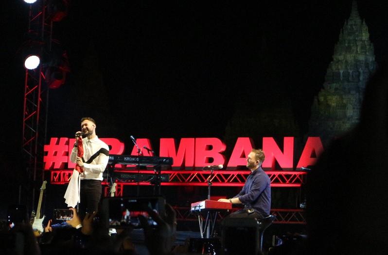 https: img.okezone.com content 2019 07 06 205 2075329 tutup-hari-1-prambanan-jazz-festival-calum-scott-bawa-bendera-merah-putih-xk6CHYw8ty.jpg