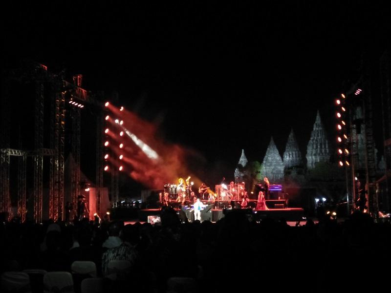 https: img.okezone.com content 2019 07 07 205 2075568 tak-lagi-muda-yanni-tetap-tampil-enerjik-di-prambanan-jazz-festival-2019-si7aC6JvIz.jpg