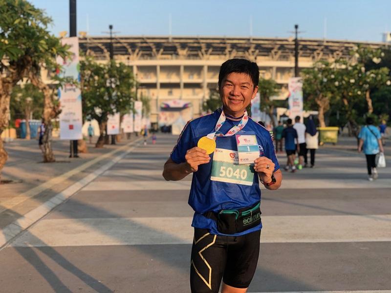 https: img.okezone.com content 2019 07 07 481 2075779 pria-berusia-51-tahun-juara-lari-jarak-5k-di-uob-heartbeat-run-walk-2019-eAPVBKy33Z.jpeg