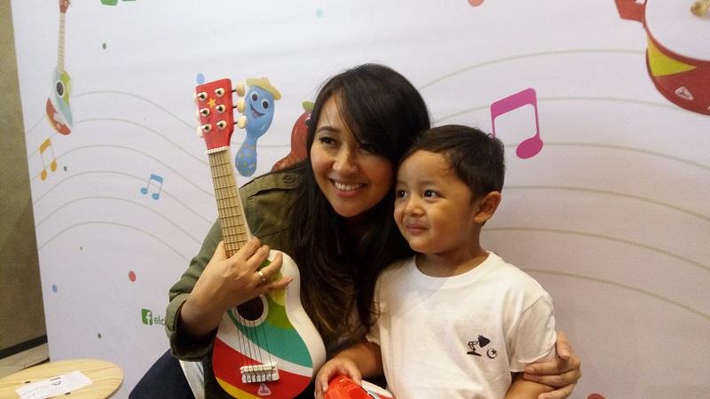 https: img.okezone.com content 2019 07 10 196 2077075 gaya-parenting-chua-kotak-selalu-ajak-anak-main-musik-fAhpgT1IT6.jpg