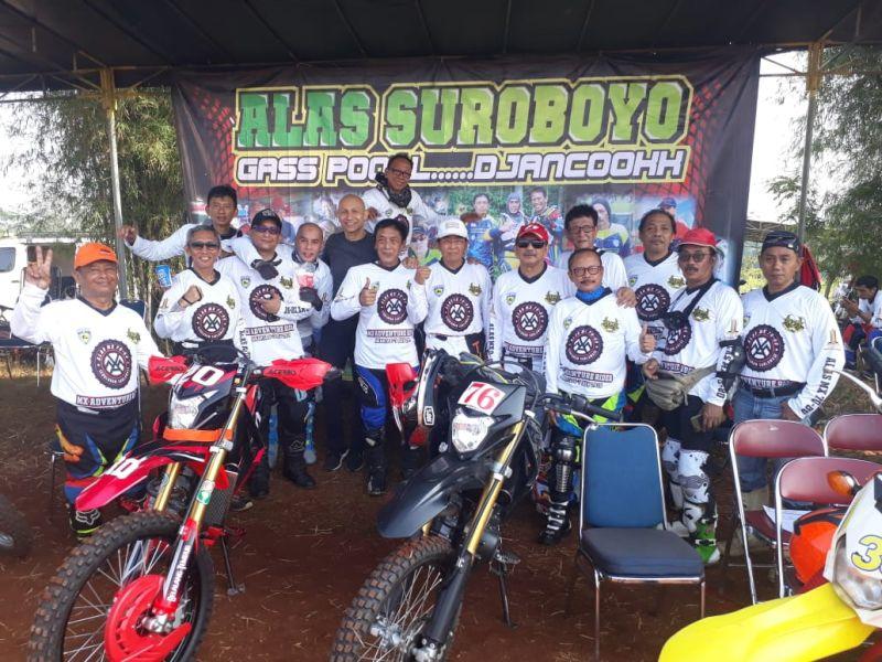 https: img.okezone.com content 2019 07 10 199 2077239 komunitas-motocross-mantan-pembalap-uji-ketangguhan-di-trek-tanah-9sAEcrA0He.jpg
