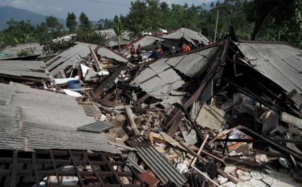https: img.okezone.com content 2019 07 10 337 2077014 bnpb-akan-ekspedisi-584-desa-rawan-gempa-dan-tsunami-di-selatan-jawa-H8HJBbtsvW.jpeg