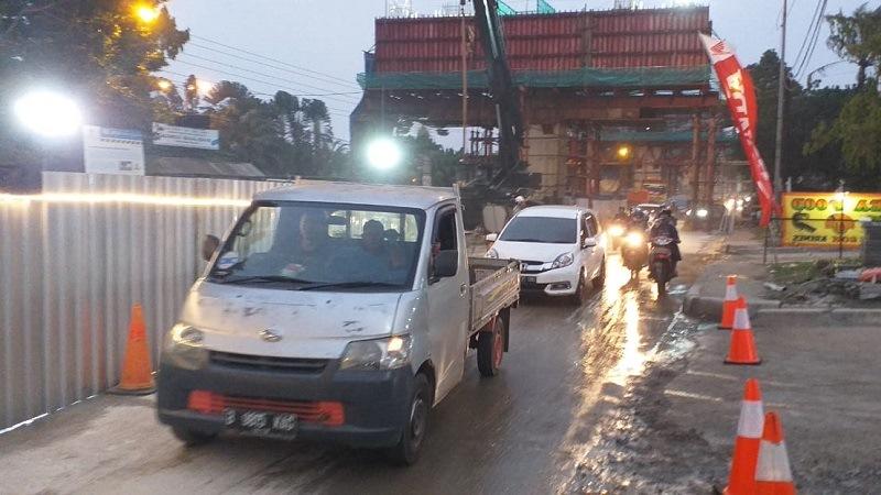https: img.okezone.com content 2019 07 10 338 2077281 tumpahan-cor-beton-proyek-tol-borr-dibersihkan-lalu-lintas-kembali-dibuka-Hbkq2Oe4WM.jpg
