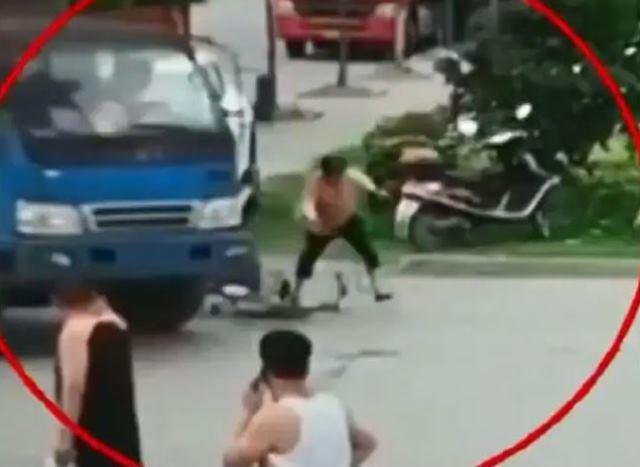 https: img.okezone.com content 2019 07 11 18 2077488 ingin-menipu-perempuan-ini-pura-pura-tertabrak-truk-Xi8k4oGCdw.JPG
