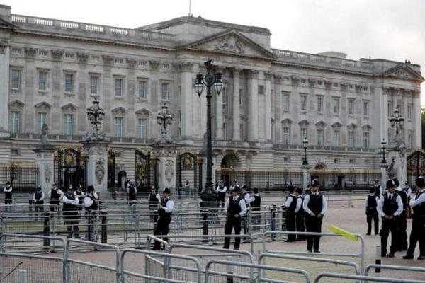 https: img.okezone.com content 2019 07 11 18 2077691 seorang-pria-ditahan-setelah-panjat-gerbang-istana-buckingham-ActPm3OEst.jpg