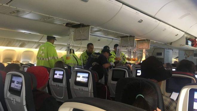 https: img.okezone.com content 2019 07 12 18 2078025 dihantam-turbulensi-kuat-pesawat-air-canada-mendarat-darurat-di-hawaii-35-orang-terluka-Et4mW9n9xt.jpg