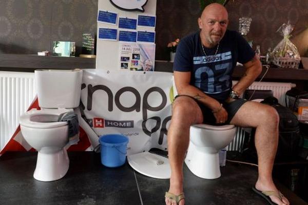 https: img.okezone.com content 2019 07 13 18 2078439 pria-belgia-duduk-di-toilet-selama-lebih-dari-lima-hari-demi-pecahkan-rekor-dunia-U8OmYZFdbn.jpg